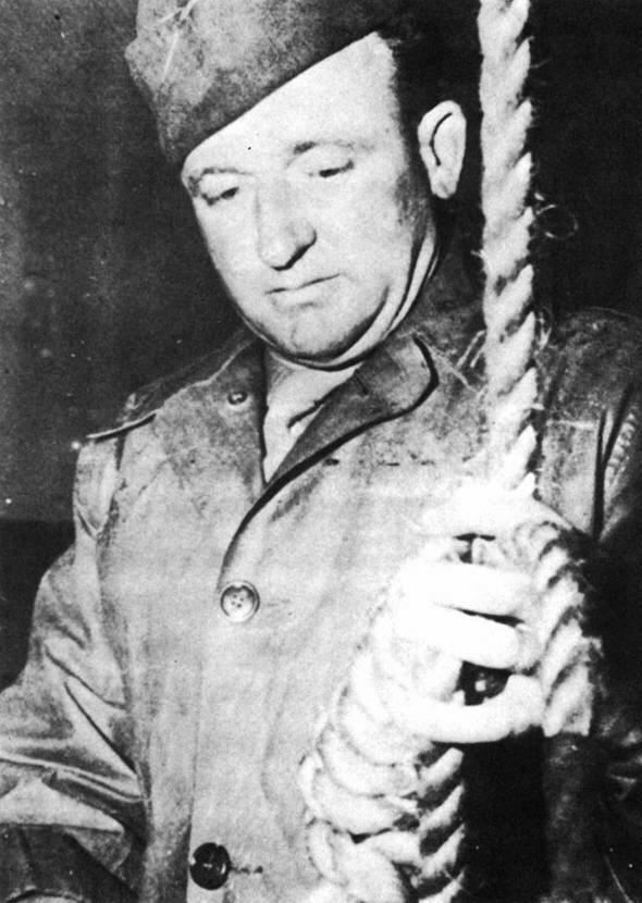 Public-Domain-Master-Sergeant-Woods-readies-the-Gallows-at-Nuremberg-in-19462